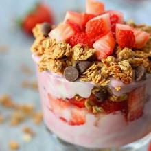 jak zrobić pyszny deser owocowy z sosem jogurtowym?