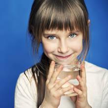 Sposoby na zachęcenie dziecka do picia wody