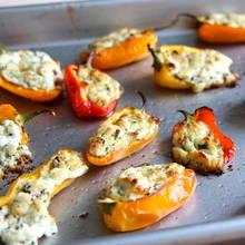 Jak przyrządzić paprykę z farszem z koziego sera?