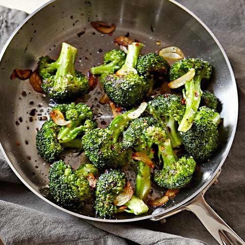 Prosty sposób na pieczony brokuł z sosem sezamowym