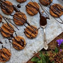 Smaczne ciastka czekoladowe z polewą – jak je przyrządzić?