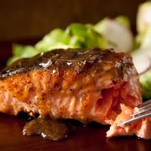 Smaczna marynata do łososia z grilla – jak ją przyrządzić?