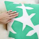 Ciekawy sposób ozdobienia poduszki filcowym liściem