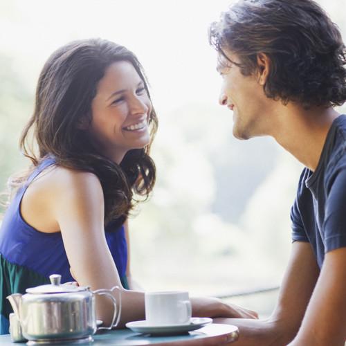 Co mówi twoje ciało, gdy rozmawiasz z atrakcyjnym mężczyzną?