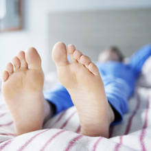 Jakie są główne objawy zespołu niespokojnych nóg?