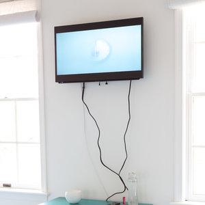 Gdy kable zwisają z telewizora