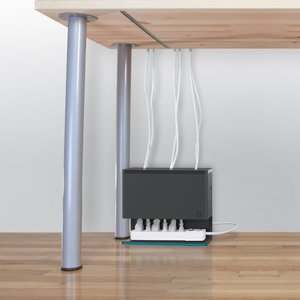 Kable pod biurkiem